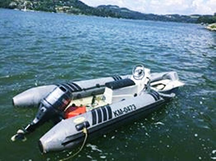 17-letni sternik stracił panowanie nad łodzią. Ponton uderzył w brzeg