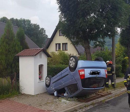 Piwniczna – Zdrój: samochód dachował pod kapliczką