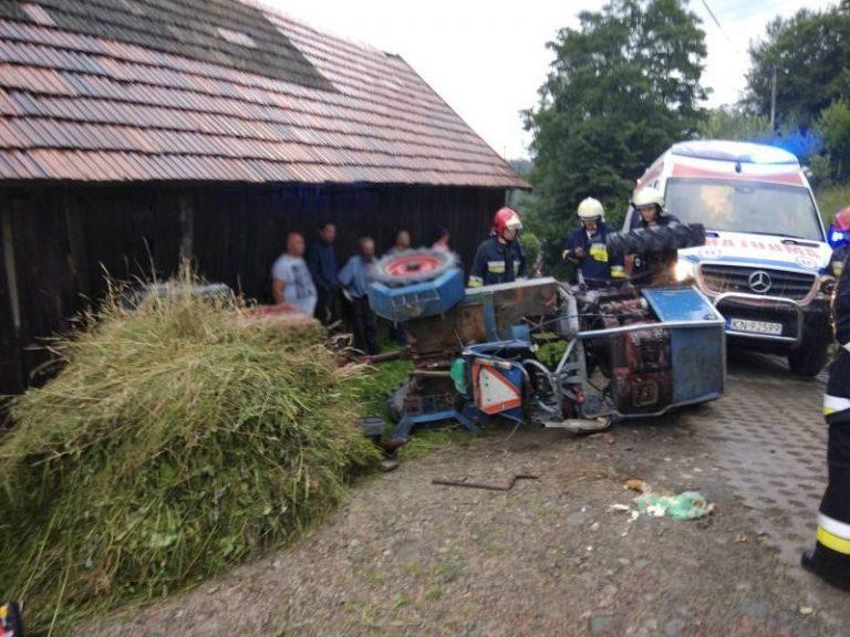 W gminie Stary Sącz przewrócił się ciągnik rolniczy. Kierował 60-latek