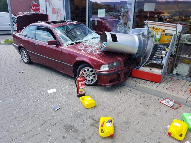 18-latka przecięła skrzyżowanie i uderzyła w budynek stacji paliw