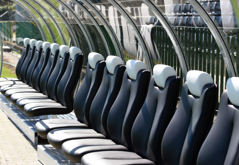 Kibice wracają na stadiony, jednak nie wszyscy chętni zasiądą na trybunach