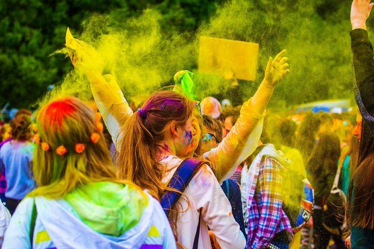 Rzuć w ludzi i w siebie proszkiem holi! W sobotę trzeba być kolorowym!