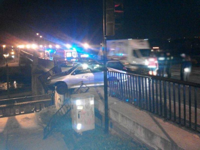 Wbił się w balustradę mostu, wysiadł z samochodu i odszedł