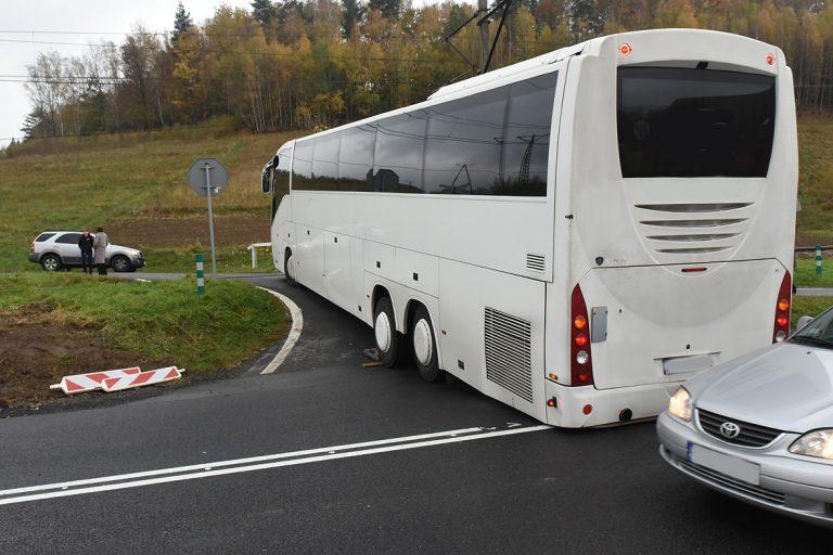 Autobus utknął na torach. Na szczęście udało się zatrzymać pociąg…