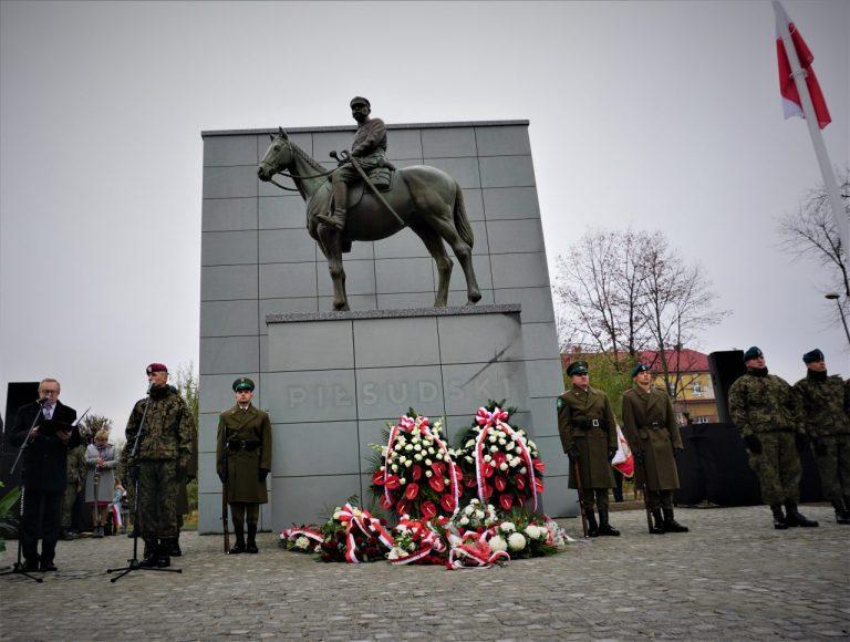 Historyczny moment. Odsłonięto pomnik marszałka Piłsudskiego [ZDJĘCIA, FILMY]