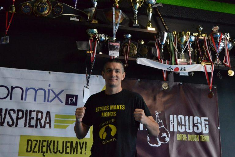 Szurek na sportowo (3). Kickboxing nauczył go stawiania czoła przeciwnościom w życiu – wywiad z Rafałem Dudkiem. Nie tylko o sporcie