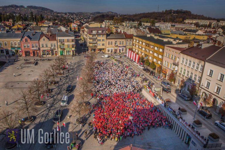 Zrobili to! Żywa biało–czerwona flaga na Rynku