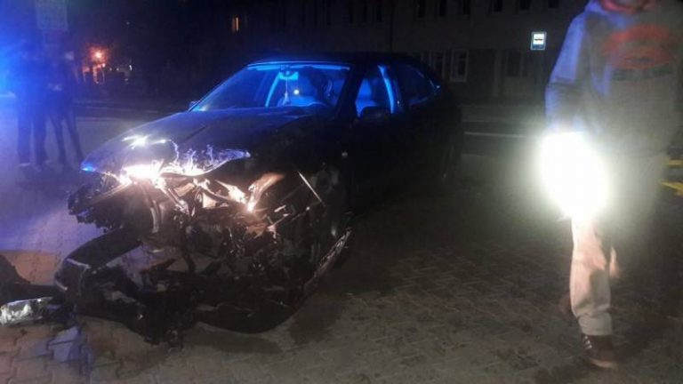 Krynica-Zdrój: osobówka uderzyła w metalowe ogrodzenie