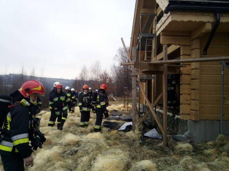 Pracownicy układali izolację, kiedy na budowie pojawił się ogień