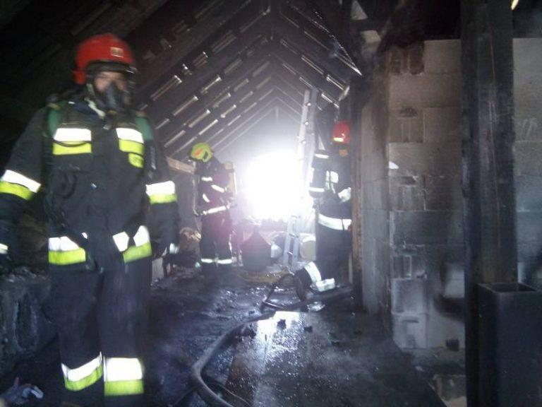 Paliło się poddasze domu. Dojazd strażaków utrudniała wąska, oblodzona droga