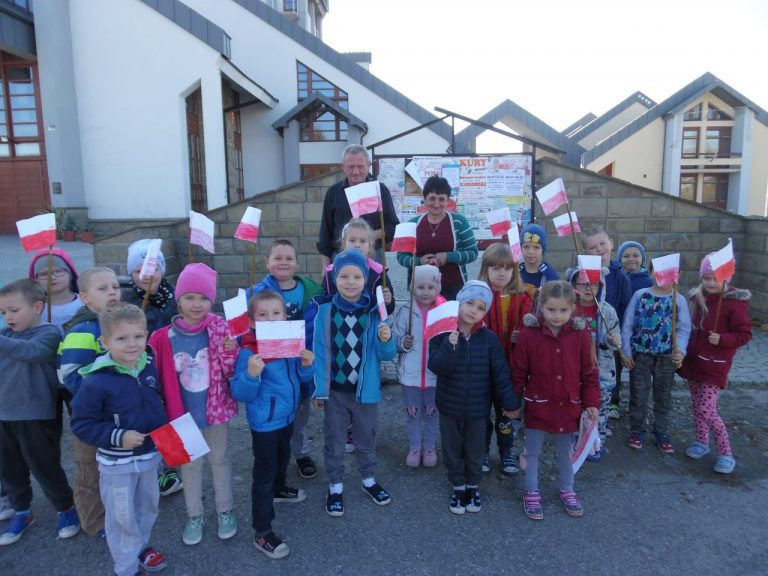 Dzieci z Mogilna rozdawały flagi i kotyliony, zachęcając do świętowania 11 listopada