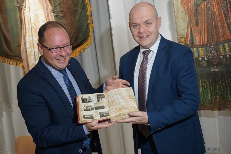 Pamiątki dokumentujące 108 lat historii MKS Sandecja wzbogaciły zbiory Muzeum Okręgowego