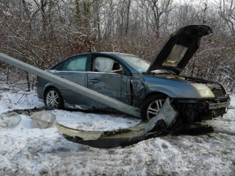 Samochód zatrzymał się na latarni. Pasażerka trafiła do szpitala