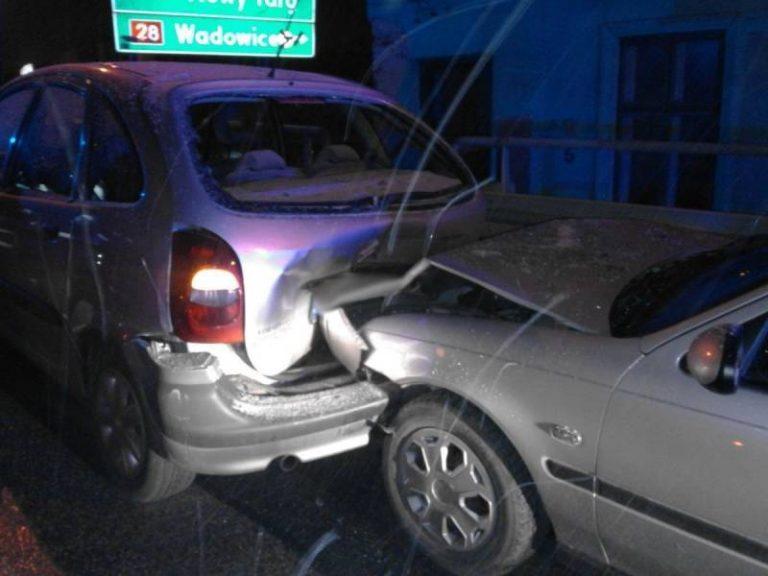 Ul. Tarnowska: zderzenie dwóch samochodów. Jedna osoba w szpitalu