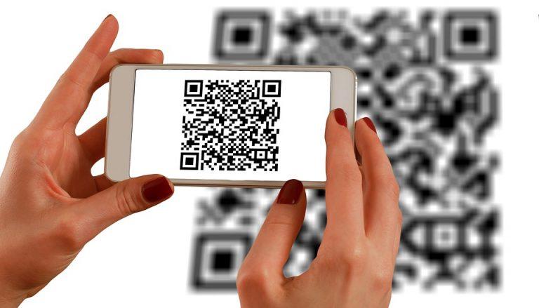 Policja ostrzega: nie skanuj naklejki z bankomatu bo zapłacisz krocie za SMSy przychodzące!