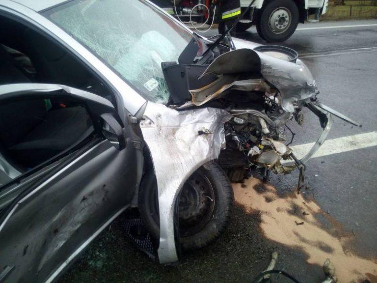 Zderzenie trzech osobówek. Jeden z kierowców zakleszczony w samochodzie