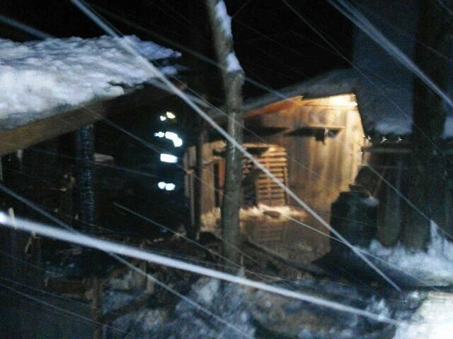 Sąsiedzi gasili śniegiem szopę należącą do schorowanego seniora