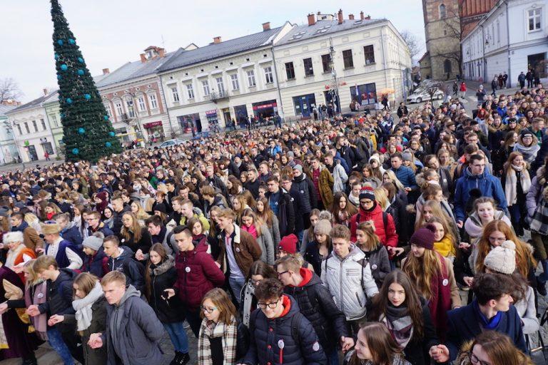 Tegoroczni maturzyści zatańczyli Poloneza na sądeckim rynku [ZDJĘCIA, FILM]