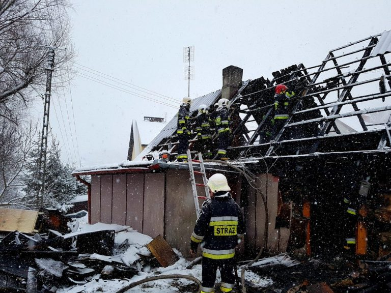 Pożar domu w Starej Wsi. Mężczyzna z poparzeniami trafił do szpitala