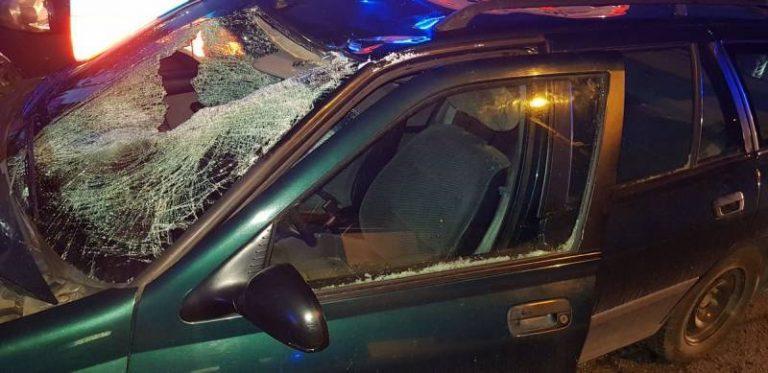 Lód z ciężarówki spadł na samochód osobowy. Jedna osoba w szpitalu
