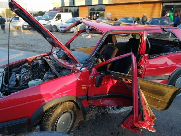 Ranny kierowca utknął w pojeździe po zderzeniu BMW i VW Golfa