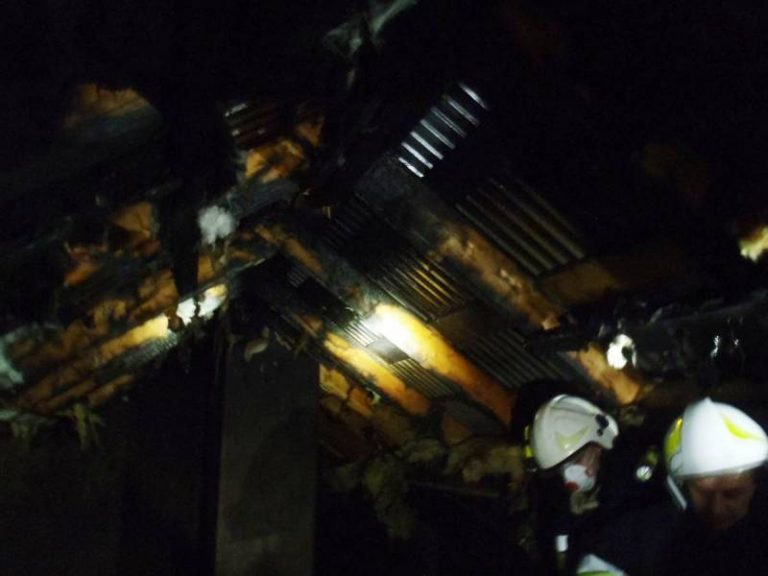 Znów pożar na poddaszu domu. Z ogniem walczyło 31 strażaków