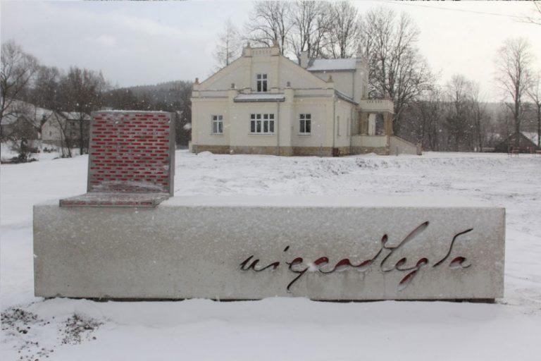 W gminie Korzenna stanęła ławka za ponad 38 tys. zł