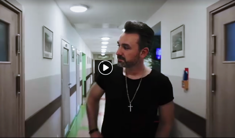 [FILM] Zobaczcie wzruszający spot Sądeckiego Hospicjum! To dar od znanego artysty