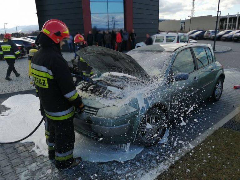 Stary Sącz: osobówka płonęła na parkingu