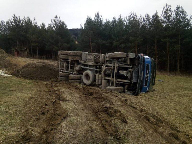 """Ciężarówka """"poległa"""". Kierowca w szpitalu"""