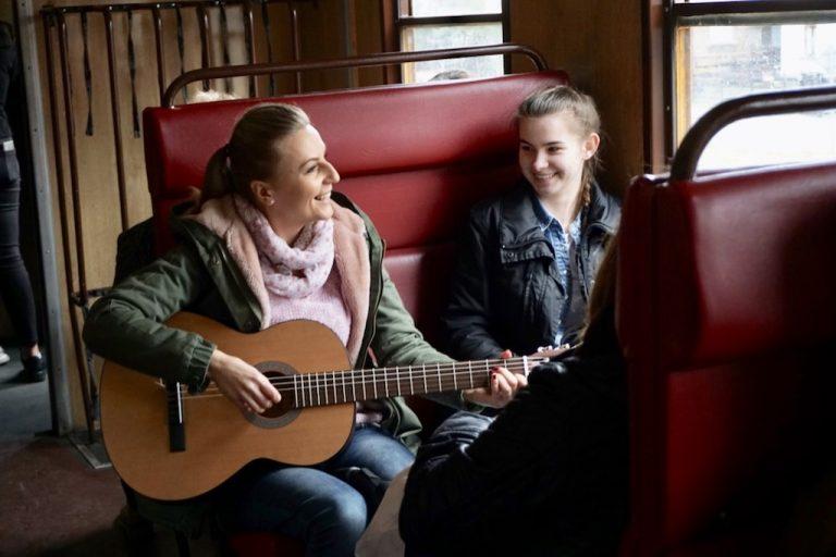 Nowy Sącz: śpiewali w szynobusie z okazji Światowego Dnia Poezji [FILM]
