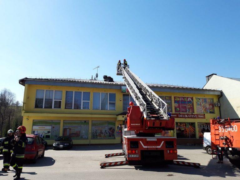 Korzenna: mężczyzna ewakuowany z dachu sklepu [zdjęcia, film]