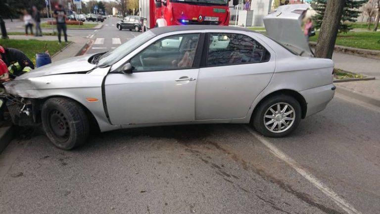 Aleje Wolności: Samochód uderzył w znak drogowy