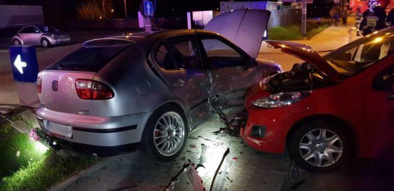 Jazowsko: wypadek przed stacją paliw. Dwie osoby w szpitalu