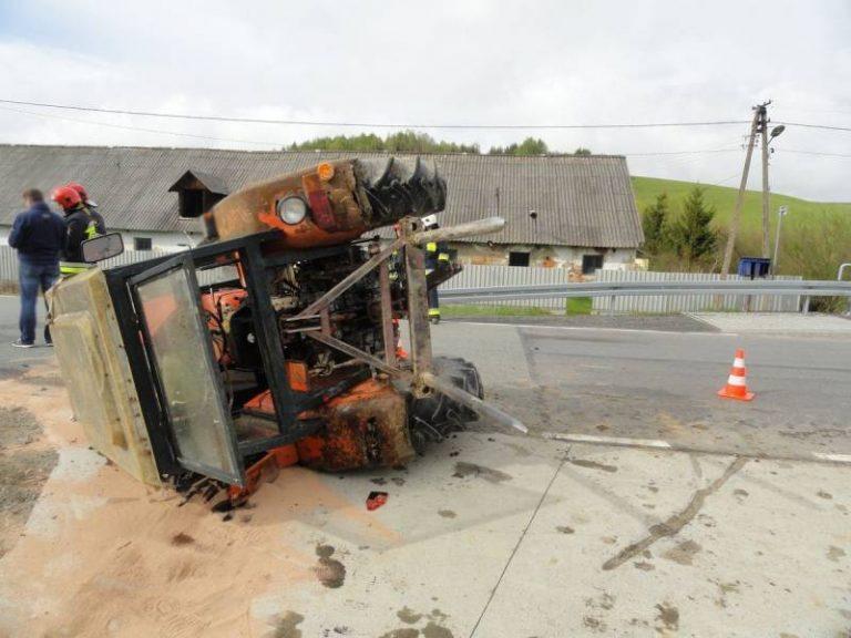 DK 75: Traktor zderzył się z osobówką. Jedna osoba w szpitalu
