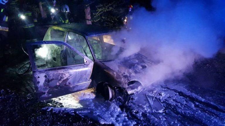 Z osobówki zostały tylko zgliszcza. Auto zaczęło płonąć w trakcie jazdy