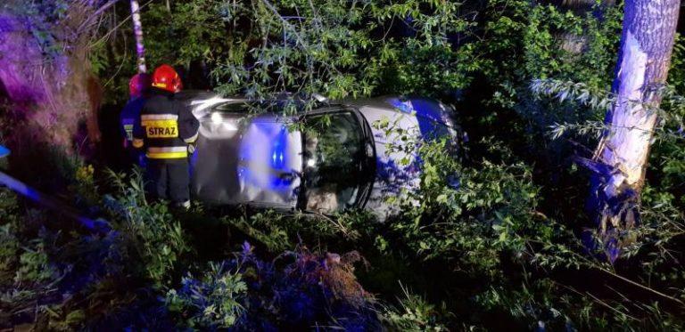 Samochód wypadł z drogi i wylądował na boku w zaroślach