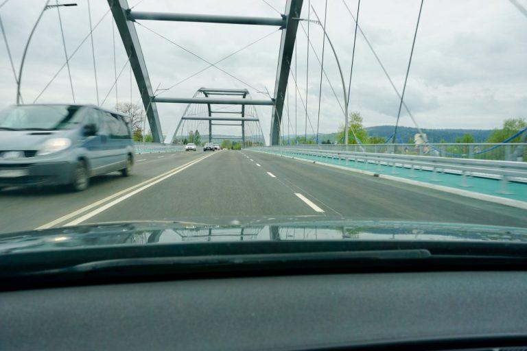 Kierowcy narzekają na nawierzchnię nowego mostu. Będzie remont gwarancyjny?