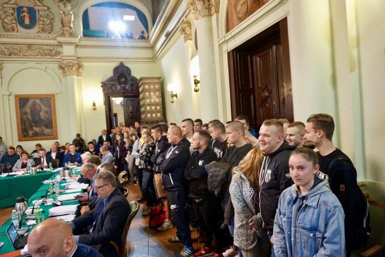 Tłum kibiców MKS Sandecja na sesji rady miasta. Co dalej z klubem?
