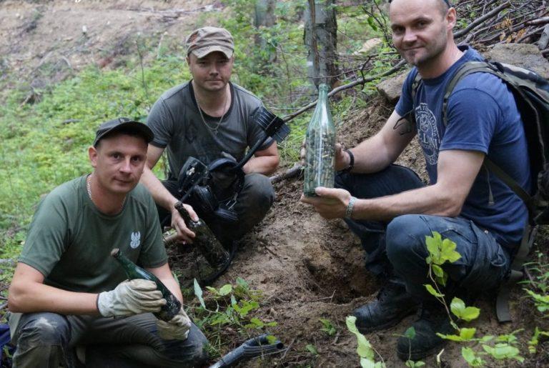 Niezwykłe odkrycie w nadpopradzkim lesie: butelki po winie pełne… amunicji