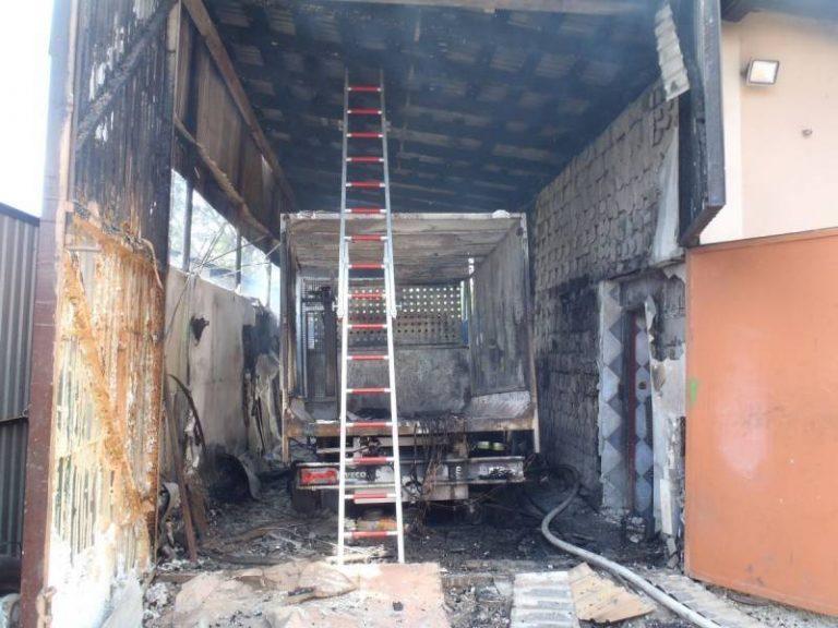 Płonął samochód, garaż i poddasze domu. Poparzony mężczyzna trafił do szpitala
