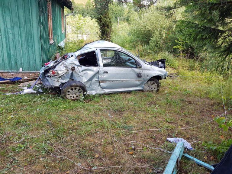 Samochód wypadł z drogi i zatrzymał się pod oknem domu. Kierowca w szpitalu