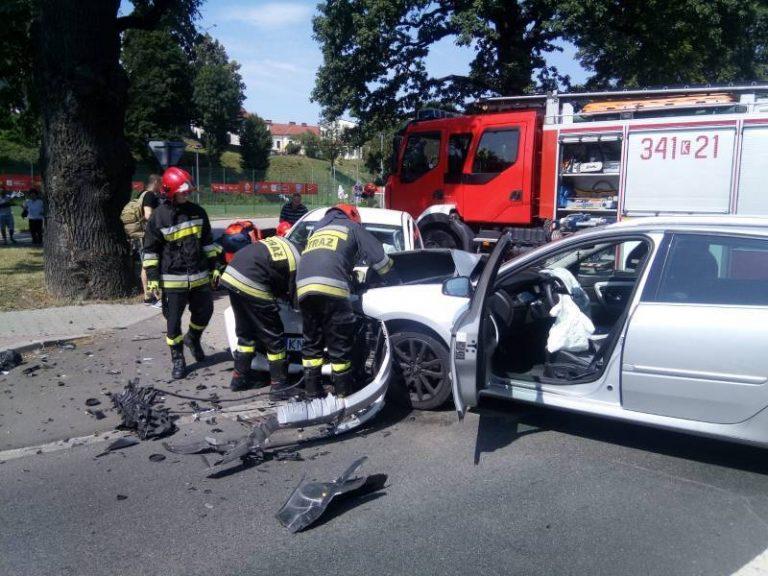 Nowy Sącz: zderzenie osobówek. Kierowca wyciągany przez drzwi pasażera