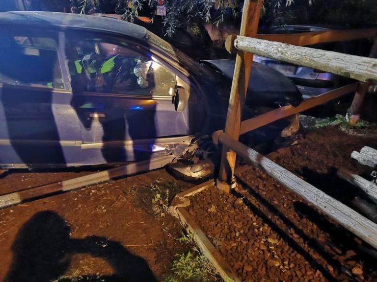 Osobówka uderzyła w dwa inne samochody i w płot. Kierowca leżał bez ruchu na jezdni