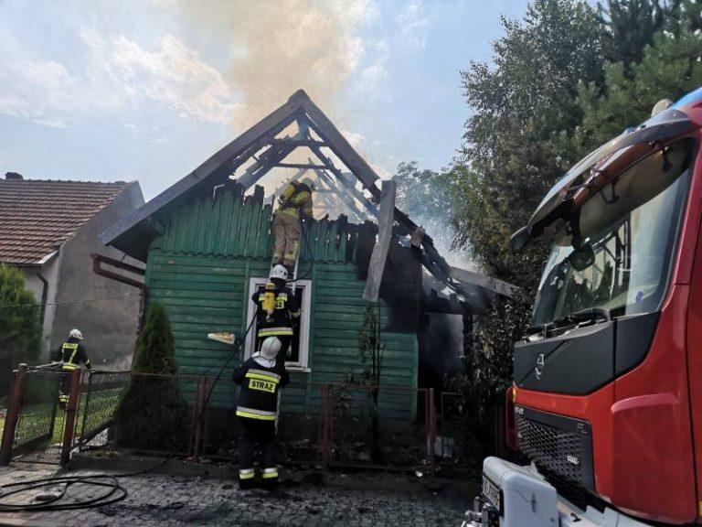 Barcice: płonął drewniany dom. Z dachu niewiele zostało