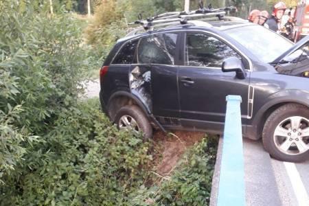 Nowy Sącz: samochód uderzył w barierkę mostu i zawisł nad rzeką