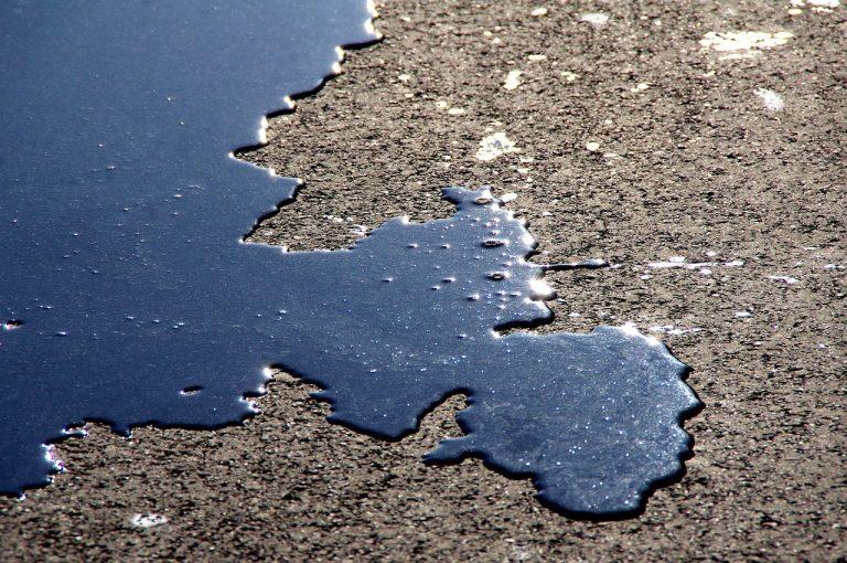 Uwaga: rozlana substancja ropopochodna na kilkunastu kilometrach drogi i zderzenie dwóch samochodów