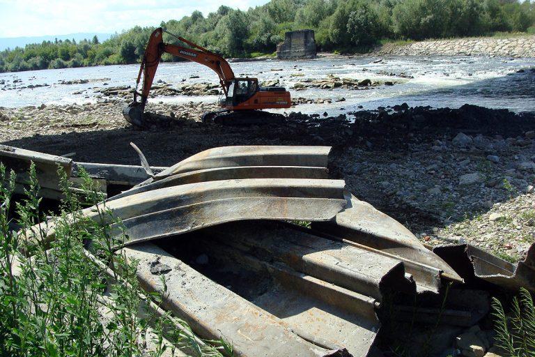 Nowy Sącz: po budowie mostu heleńskiego w Dunajcu pozostały niebezpieczne dla kajakarzy pułapki