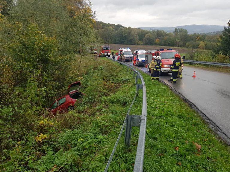 Ropa: wypadł z łuku drogi i zatrzymał się na drzewie. Uwaga! Trudne warunki na drogach