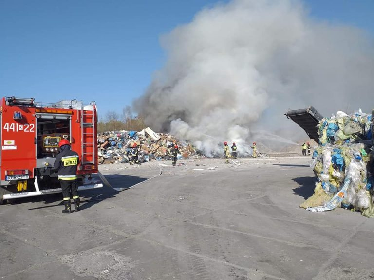 Gorlice: pożar na składowisku śmieci. Dym widoczny był z daleka